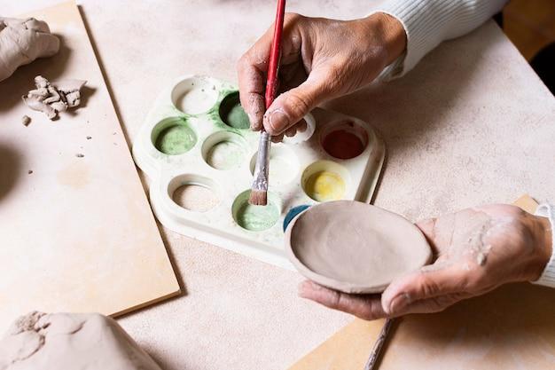 Pot de poterie de peinture