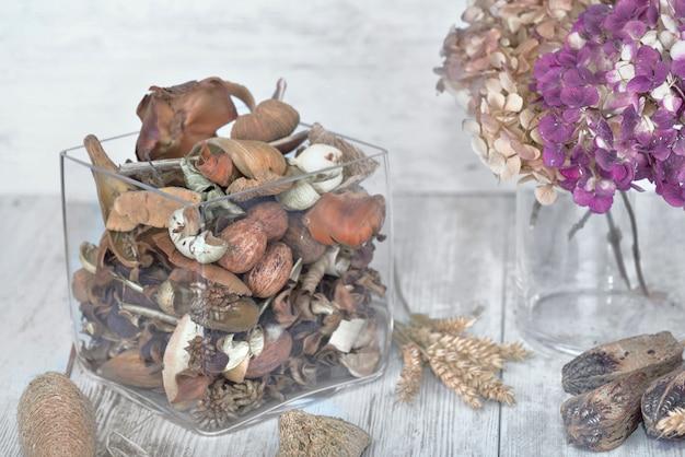 Pot-pourri dans un bocal en verre et fleur séchée sur une table