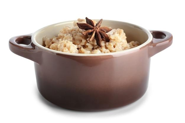 Pot avec de savoureux flocons d'avoine isolé