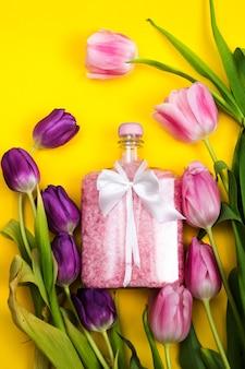 Le pot de sel rose est décoré d'un nœud blanc journée des femmes fleurs de printemps