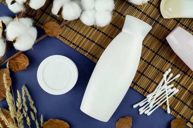 Un pot de shampoing sur fond bleu. disposition de votre étiquette. cosmétiques naturels.