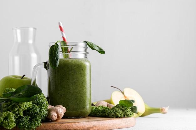 Pot de smoothie vert fraîchement préparé, gros plan.