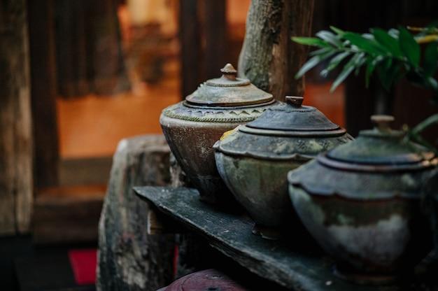 Pot de stockage d'eau de style lanna qui est généralement conservé sous la maison.