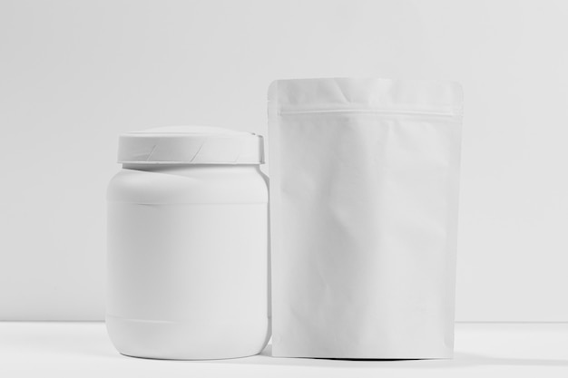 Pot avec des suppléments de gym sur la table
