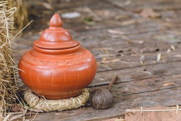 Pot de terre en argile antique thaïlandais pour eau de boisson pour invités ou visiteurs