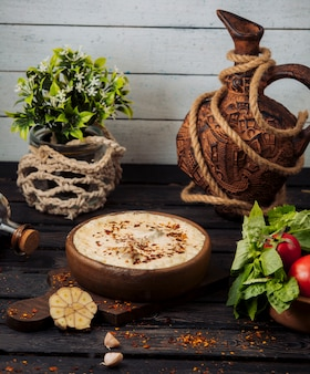 Pot en terre cuite avec viande recouverte de fromage fondu