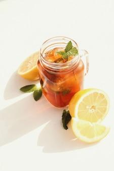 Pot de thé glacé au citron