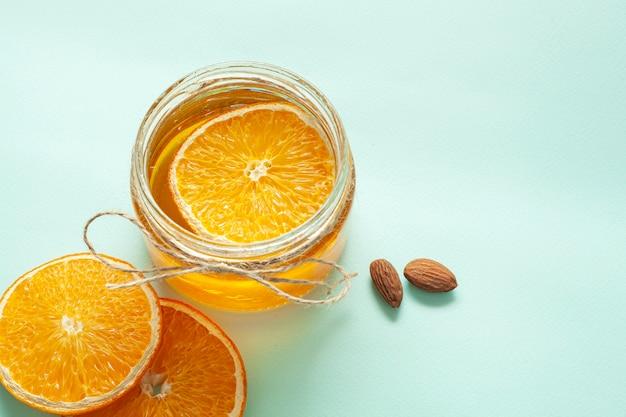 Pot avec des tranches de citron et d'amandes