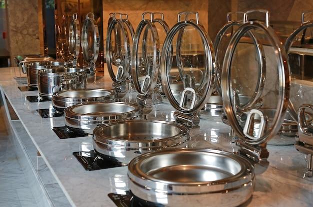 Pot à vapeur vide sur la cuisinière électrique, smorgasbord.