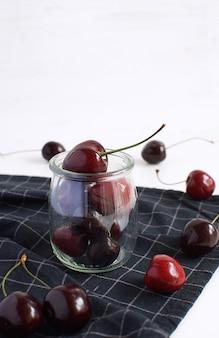 Pot de verre aux cerises mûres