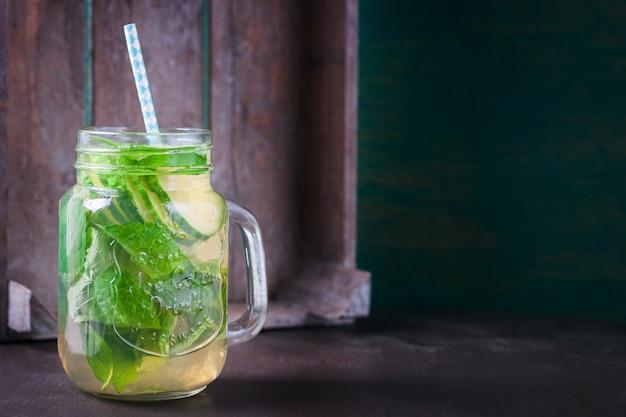 Pot en verre avec une boisson biologique