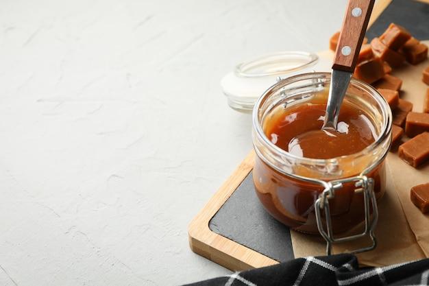 Pot en verre avec caramel salé et bonbons copie espace