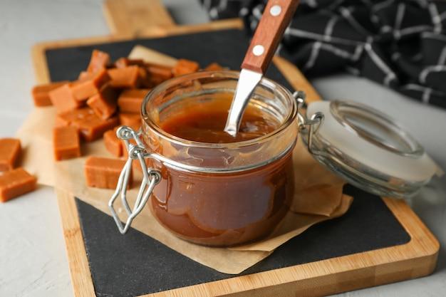 Pot en verre avec caramel salé et bonbons espace pour le texte