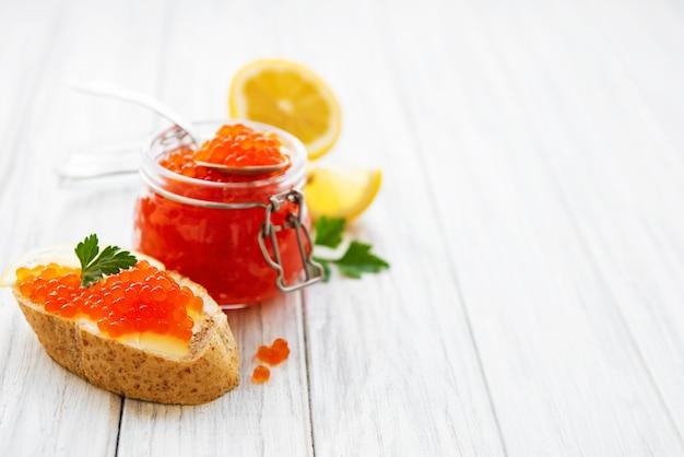Pot de verre de caviar rouge