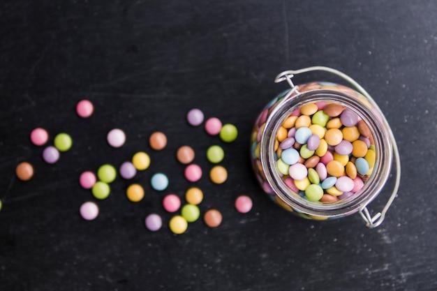 Pot en verre avec dragée multicolore