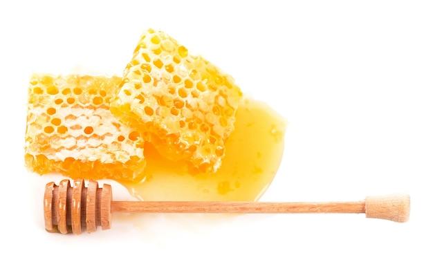 Pot en verre avec du miel floral isolé sur une surface blanche