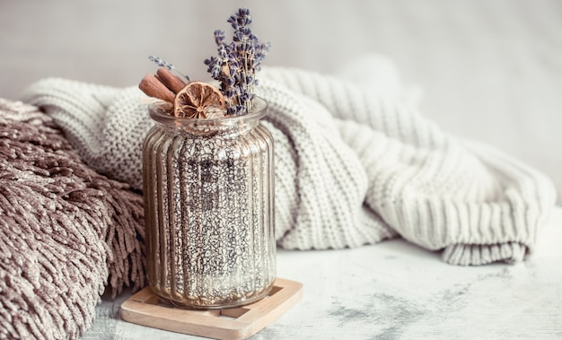 Pot en verre avec des fleurs de lavande sèche et des épices