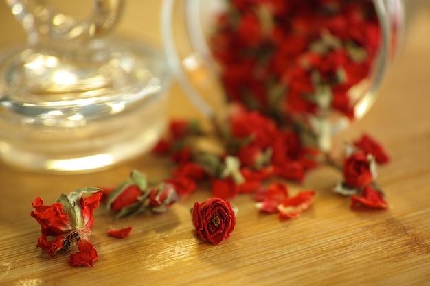 Pot en verre avec des pétales rouges
