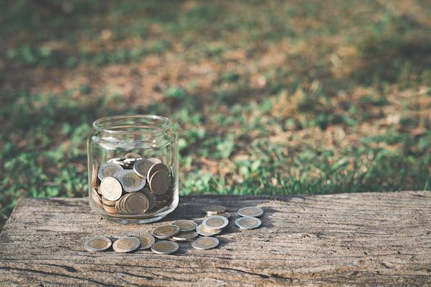 Pot en verre avec des pièces dans le jardin
