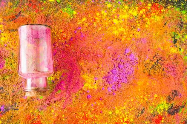 Pot de verre sur une table colorée