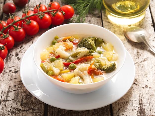 Potage aux légumes minestrone avec tomates, céleri, carottes, courgettes, brocolis.