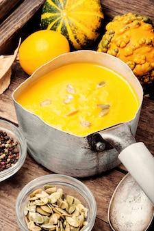 Potage à la crème de potiron dans un bol