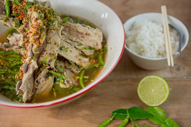 Potage d'os de porc bouilli à la saveur épicée. soupe de côtes levées de porc épicée et épicée. tom zap