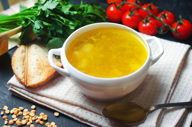 Potage végétarien aux pommes de terre et aux légumes verts