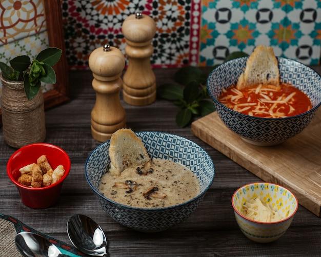 Potages aux tomates et aux champignons avec craquelins au pain et aux herbes