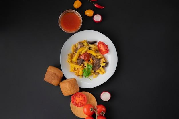 Potapo frit jaune avec champignons et tomates, sauce et légumes variés