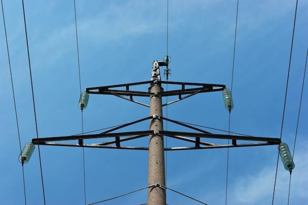 Poteau d'alimentation haute tension contre le ciel bleu