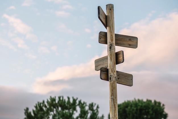Poteau en bois avec des signes