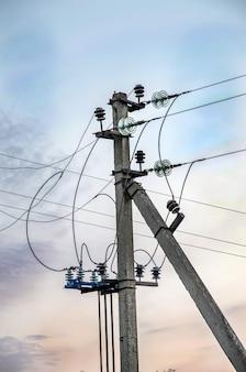 Poteau de distribution d'électricité du système d'alimentation électrique
