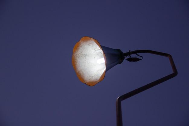 Poteau d'éclairage vintage avec fond sombre
