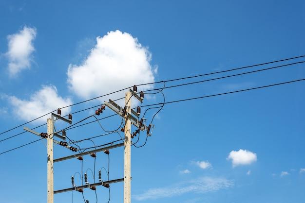 Poteau électrique et ciel bleu