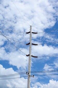 Poteau électrique avec ciel bleu