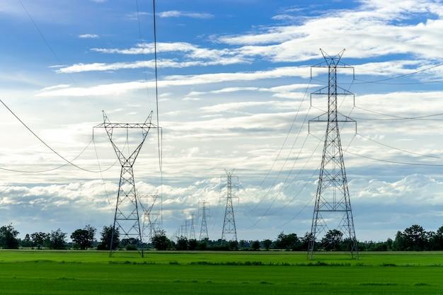Poteau électrique à haute tension, poteau électrique à haute tension sur ciel bleu