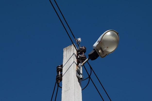 Poteau électrique avec powerline et lumière de porte