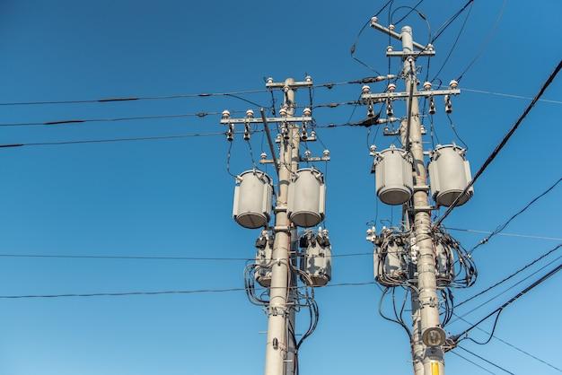 Poteau électrique avec transformateur au japon.