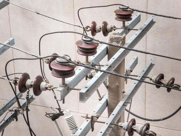 Poteau électrique avec transformateurs électriques et câbles électriques