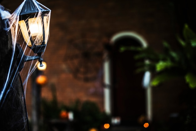 Poteau lumineux avec toile d'araignée à l'halloween