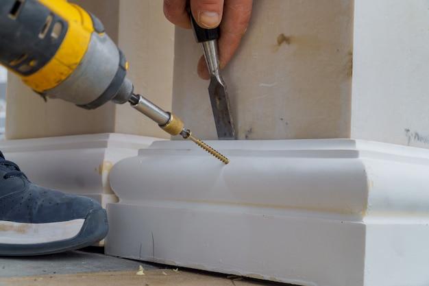 Poteau en métal avec fondation à visser sur béton dans les détails de construction.