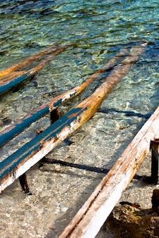 Poteaux en bois sur la mer