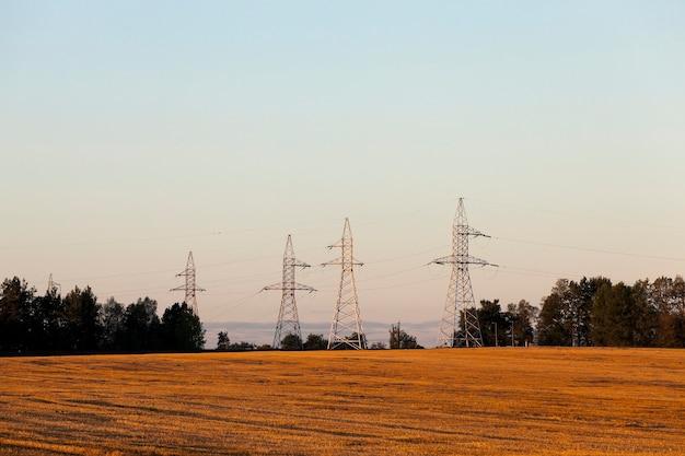 Poteaux électriques haute tension photographié poteaux électriques haute tension gros plan situé dans la campagne