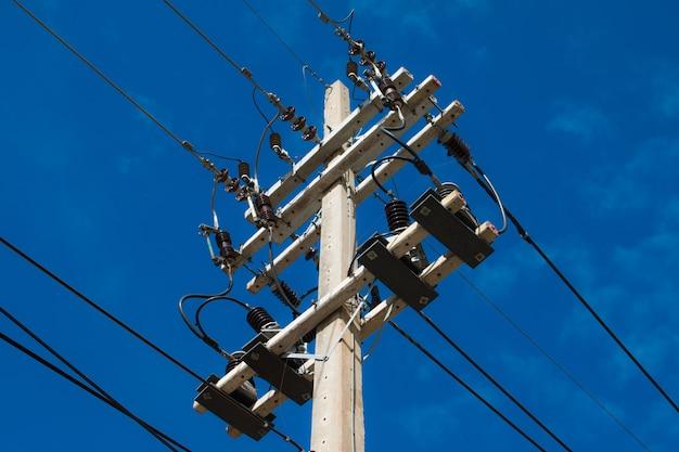 Poteaux électriques et lignes électriques
