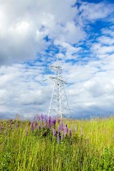 Poteaux métalliques pour lignes électriques sur le terrain.