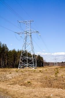 Poteaux qui gèrent les lignes à haute tension
