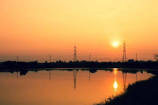 Poteaux téléphoniques au coucher du soleil