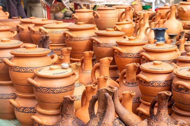 Poterie d'argile géorgienne traditionnelle à vendre dans le village de shrosha, géorgie