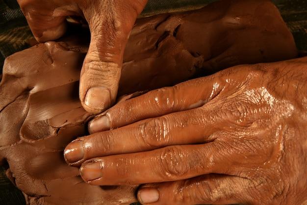 Poterie artisanat potier mains travail argile